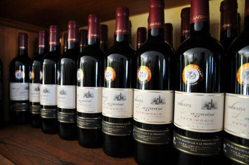 Печать этикеток для вина - бутылки на деревянной полке
